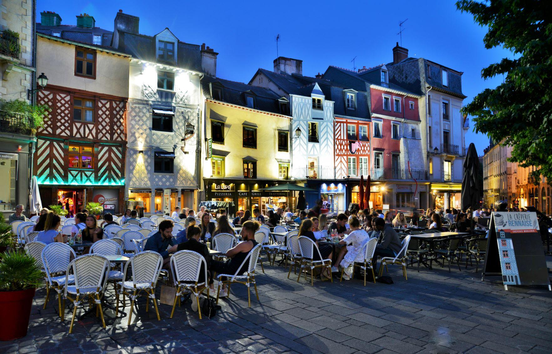 Terrasses de la place Rallier-du-Baty à la nuit tombante