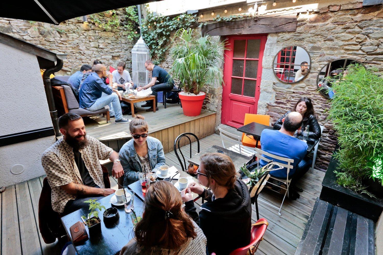 La cour-terrasse du bar le Grand Sommeil
