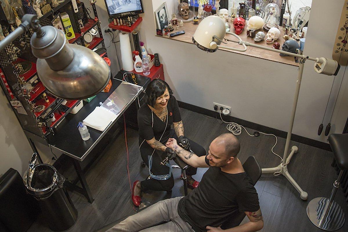 Miss Atomik dans son salon de tatouage