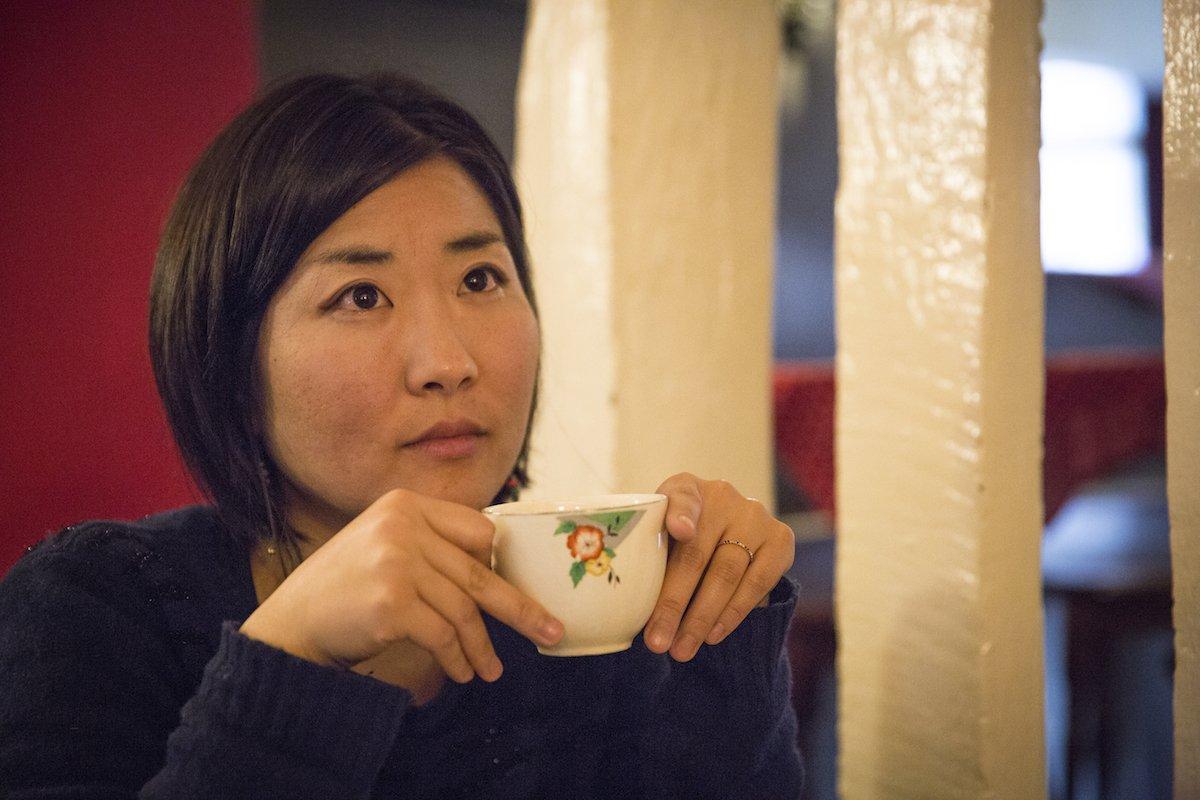 Tomoko Uemura, artiste et greeter, dans un salon de thé à Rennes