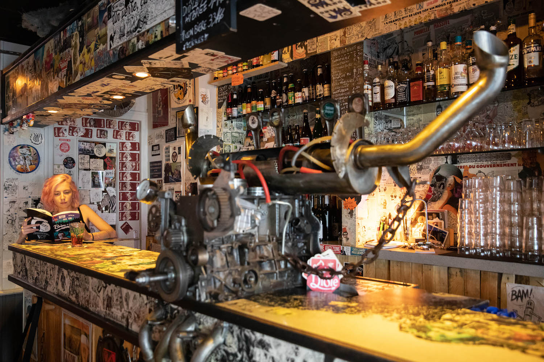 Elly Oldman au bar à mines, rue Saint-Hélier.