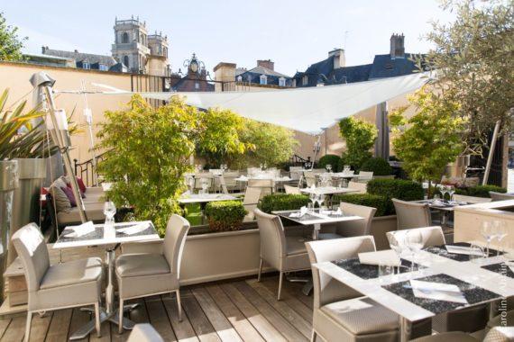 restaurant-dans-hotel-particulier-du-16eme-siecle-caractere-terrasse-en-cour-interieure