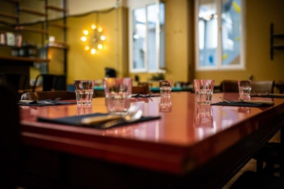 restaurant-cuisine-de-bistro-grande-terrasse-ensoleillee-ombragee-microbrasserie