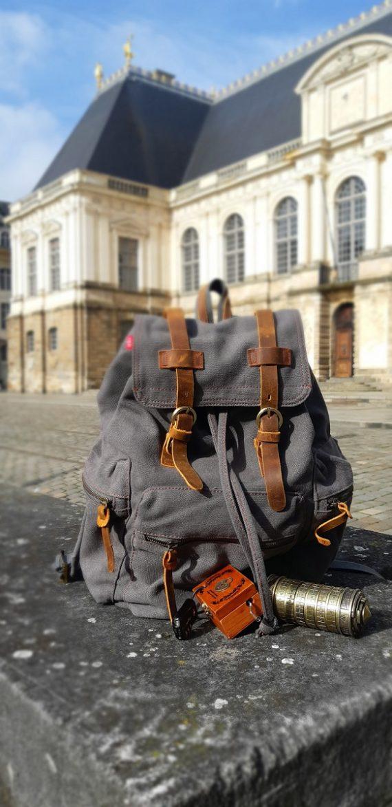 Sac à dos avec des objets d'aventurier, devant le Parlement de Bretagne.