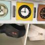 Exposition de bijoux et d'horloges colorées