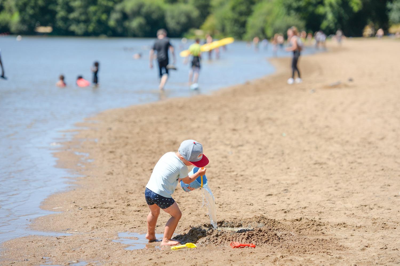 Enfant à la plage au bord des étangs d'Apigné