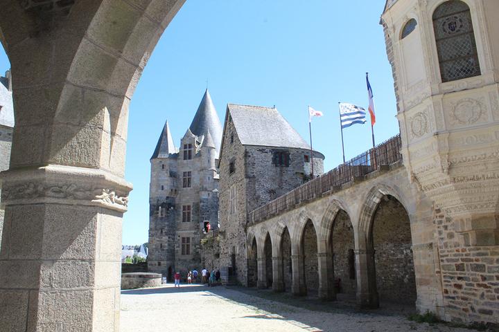 Visite de la cour du château de Vitré