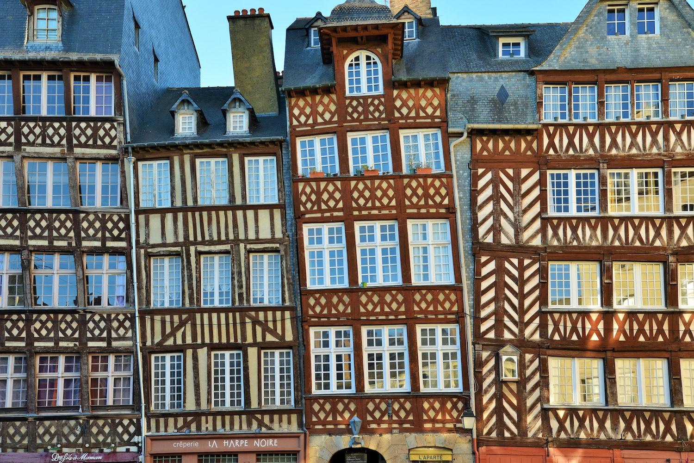 Les façades à pans-de-bois de la place Champ-Jacquet