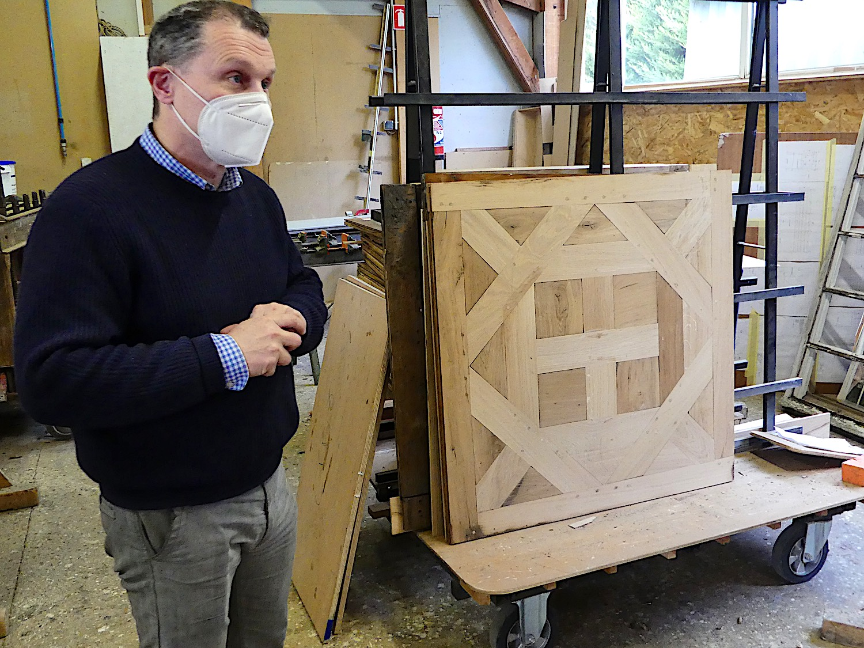 Nicolas Chanclou devant un panneau restauré